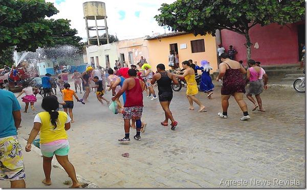 Desfile das virgens anima o Carnaval em Paranatama.