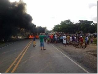 Um protesto interditou na manhã desta segunda-feira, dia 28, o quilômetro 61 da BR-423, no perímetro urbano de Lajedo.